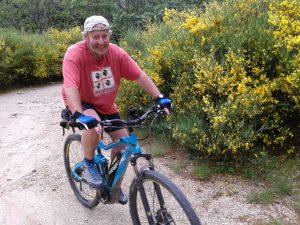 A vélo dans les genêts